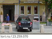 Купить «Машина, припаркованная на тротуаре на улице Садовнический проезд. Район Замоскворечье. Москва», эксклюзивное фото № 23259070, снято 14 июля 2016 г. (c) lana1501 / Фотобанк Лори
