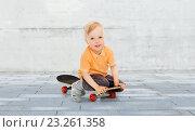 Купить «happy little boy sitting on skateboard», фото № 23261358, снято 5 июня 2016 г. (c) Syda Productions / Фотобанк Лори
