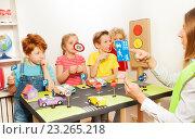 Дети изучают правила дорожного движения. Стоковое фото, фотограф Сергей Новиков / Фотобанк Лори