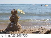 """Купить «""""Снеговик"""" из песка стоит на берегу моря», фото № 23266730, снято 12 июля 2016 г. (c) Дрогавцева Оксана / Фотобанк Лори"""