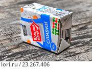 Купить «Стерилизованные сливки в картонной упаковке Tetra Pak», эксклюзивное фото № 23267406, снято 5 июня 2016 г. (c) Алёшина Оксана / Фотобанк Лори