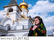Девушка рядом с церковью держит руки на платке. Стоковое фото, фотограф Катерина Белякина / Фотобанк Лори