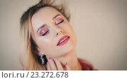 Купить «Симпатичная светловолосая женщина с закрытыми глазами», видеоролик № 23272678, снято 14 июля 2016 г. (c) Илья Шаматура / Фотобанк Лори