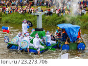 Купить «Lewes - Sussex, UK - 3/7/16. People Line The Banks Of The River Ouse To Watch and Also Throw Eggs and Flour At The Competing Rafts and Their Crews At The Annual Lewes Raft Race.», фото № 23273706, снято 3 июля 2016 г. (c) age Fotostock / Фотобанк Лори