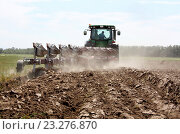 Вспашка трактором. Стоковое фото, фотограф Андрей Силивончик / Фотобанк Лори