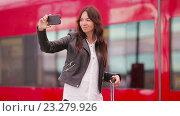 Купить «Девушка делает селфи на фоне красного поезда», видеоролик № 23279926, снято 15 июля 2016 г. (c) Дмитрий Травников / Фотобанк Лори