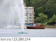 Купить «Фонтан в реке Вуоксе», фото № 23280214, снято 12 июля 2016 г. (c) Азаркевич Андрей / Фотобанк Лори