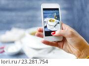 Девушка фотографирует еду на смартфон. Стоковое фото, фотограф Дарья Петренко / Фотобанк Лори