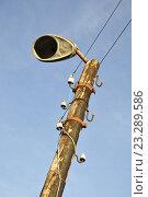Купить «Сильно покосившийся уличный фонарь с отсутствующей лампой на фоне синего неба», фото № 23289586, снято 8 июля 2016 г. (c) Владимир Кошарев / Фотобанк Лори