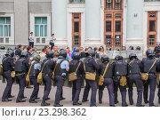 Купить «Учения сотрудников полиции по пресечению нарушений правопорядка на массовом мероприятии. Москва», эксклюзивное фото № 23298362, снято 28 июня 2016 г. (c) Владимир Князев / Фотобанк Лори