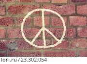 Купить «peace sign drawing on red brick wall», фото № 23302054, снято 18 июня 2015 г. (c) Syda Productions / Фотобанк Лори
