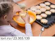 Купить «Дочка держит формочку для кекса, пока мама черпает тесто из миски», фото № 23303130, снято 3 апреля 2016 г. (c) Иванов Алексей / Фотобанк Лори