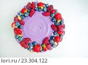 Фиолетовый торт с ягодами (вид сверху) Стоковое фото, фотограф Елена Поминова / Фотобанк Лори