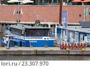 Купить «Плавающая церковь у причала в центре Гамбурга, Германия», фото № 23307970, снято 6 августа 2015 г. (c) Наталья Николаева / Фотобанк Лори