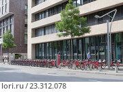 Купить «Улица в центре Гамбурга. Велосипедная парковка», фото № 23312078, снято 6 августа 2015 г. (c) Наталья Николаева / Фотобанк Лори