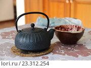 Купить «Чугунный заварочный чайник», фото № 23312254, снято 2 октября 2015 г. (c) Сергей Юрьев / Фотобанк Лори