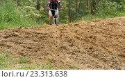 Купить «Мотоциклист едет через лес», видеоролик № 23313638, снято 25 июля 2016 г. (c) Игорь Усачев / Фотобанк Лори