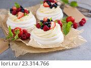 Купить «Десерт Павлова с кремом и летними ягодами», фото № 23314766, снято 6 июля 2016 г. (c) Елена Веселова / Фотобанк Лори