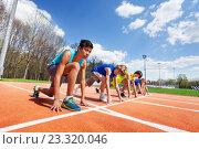 Купить «Вид сбоку пятерых спортсменов-подростков готовых к бегу», фото № 23320046, снято 30 апреля 2016 г. (c) Сергей Новиков / Фотобанк Лори