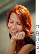 Рыжеволосая девушка жмурится от счастья. Стоковое фото, фотограф Никита Вишневецкий / Фотобанк Лори