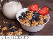Купить «Полезный завтрак. Мюсли, молоко и черника», фото № 23327310, снято 29 июля 2016 г. (c) Александр Лычагин / Фотобанк Лори