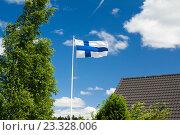 Флаг Финляндии на фоне неба (2016 год). Стоковое фото, фотограф Ноева Елена / Фотобанк Лори