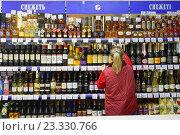Алкоголь на витрине брянского магазина (2016 год). Редакционное фото, фотограф Константин Косов / Фотобанк Лори