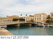Купить «Мост на острове Ортиджа в итальнском городе Сиракузы (Сицилия)», фото № 23337090, снято 4 июня 2016 г. (c) Хименков Николай / Фотобанк Лори