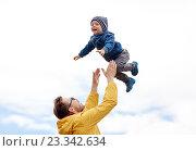 Купить «father with son playing and having fun outdoors», фото № 23342634, снято 5 июня 2016 г. (c) Syda Productions / Фотобанк Лори