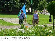 Купить «Десантники с флагом идут по аллее. Празднование Дня ВДВ в парке Горького в Москве», эксклюзивное фото № 23349650, снято 2 августа 2016 г. (c) lana1501 / Фотобанк Лори