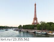 Купить «Река Сена и Эйфелева башня вечерний вид с моста Бир-Акейм, Париж», фото № 23355562, снято 18 июля 2016 г. (c) Илья Бесхлебный / Фотобанк Лори