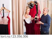 Купить «Senior couple in fitting room», фото № 23356306, снято 24 сентября 2018 г. (c) Яков Филимонов / Фотобанк Лори