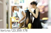 Купить «Визажист делает девушке красивый макияж, парикмахер делает прическу», видеоролик № 23359178, снято 5 августа 2016 г. (c) Константин Шишкин / Фотобанк Лори