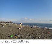 Купить «Люди отдыхают на песчаном пляже, морское побережье, Адлер», фото № 23360426, снято 7 июня 2016 г. (c) DiS / Фотобанк Лори