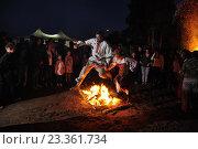 Купить «Влюблённые прыгают через костёр», фото № 23361734, снято 9 июля 2016 г. (c) Оксана Синникова / Фотобанк Лори