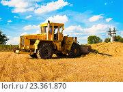 Жёлтый бульдозер работает в поле в солнечный день. Стоковое фото, фотограф Юра Добро / Фотобанк Лори