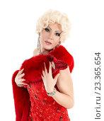 Дрэг-квин в образе блондинки в красном платье с мехом. Стоковое фото, фотограф Discovod / Фотобанк Лори