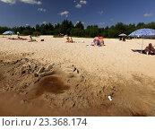 Люди отдыхают на лесном пляже.Нижний Новгород 70 км. Керженец. (2016 год). Редакционное фото, фотограф Vladimir  Zeichev / Фотобанк Лори