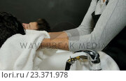 Hair stylist drying woman hair with towel. Стоковое видео, агентство Wavebreak Media / Фотобанк Лори