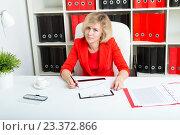 Девушка работает в офисе с документами. Стоковое фото, фотограф Сергей Дубров / Фотобанк Лори