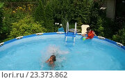 Купить «Молодая девушка прыгает в воду в бассейне», видеоролик № 23373862, снято 15 июля 2016 г. (c) ActionStore / Фотобанк Лори