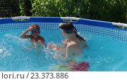 Купить «Дети играют в бассейне», видеоролик № 23373886, снято 15 июля 2016 г. (c) ActionStore / Фотобанк Лори