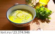 Купить «Хумус из кабачка цукини готовится к подаче: поливается оливковым маслом, посыпается кунжутом, украшается петрушкой. Еда без глютена и  молока», видеоролик № 23374946, снято 27 июня 2019 г. (c) Ирина Мойсеева / Фотобанк Лори