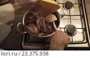 Приготовление курицы. Стоковое видео, видеограф Chudakov_Ivan / Фотобанк Лори