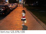 Маленькая девочка с игрушкой стоит одна в ночном городе. Стоковое фото, фотограф Юрий Шурчков / Фотобанк Лори