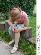 Девочка держится за колено. Стоковое фото, фотограф Сергей Кашин / Фотобанк Лори