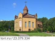 Купить «Голгофа, церковь евангельских христиан-баптистов на Лескова, 11. Бибирево, Москва», эксклюзивное фото № 23379334, снято 8 августа 2016 г. (c) lana1501 / Фотобанк Лори