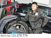 tire repairman auto mechanic. Стоковое фото, фотограф Дмитрий Калиновский / Фотобанк Лори