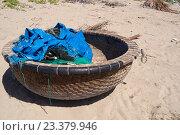 Купить «Вьетнам. Лодка рыбацкая», фото № 23379946, снято 24 июня 2014 г. (c) Рашит Загидуллин / Фотобанк Лори