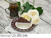 """Кусочек торта """"Птичье молоко"""", стакан чая и розы. Стоковое фото, фотограф Dmitry29 / Фотобанк Лори"""